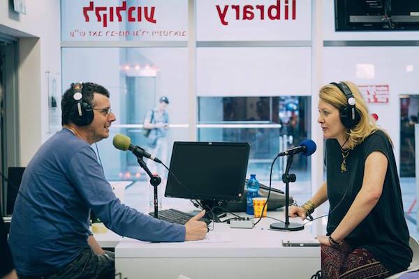 אונדי טימונר מתראיינת באולפן של רדיו הקצה בספריית סינמטק תל אביב, אתמול. צילום: נועם פריסמן