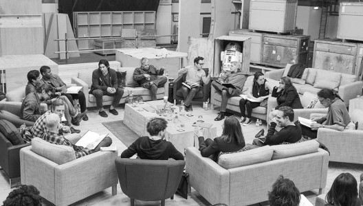 ג׳יי.ג׳יי אברמס משוחח עם הריסון פורד ומתעלם משאר שחקני ״מלחמת הכוכבים 7״