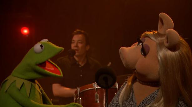 ג׳ימי פאלון מתופף, קרמיט ומיסי פיגי שרים. הפינאלה של ״לייט נייט״, אמש