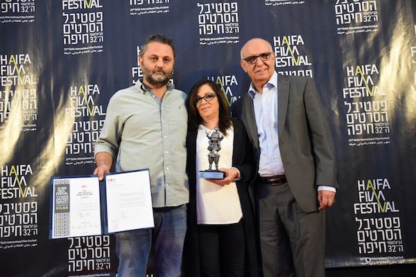 מהא חאג׳ (במרכז, מוקפת במפיקיה) עם הפרס לסרט הטוב ביותר בפסטיבל חיפה. צילום: גלית רוזן