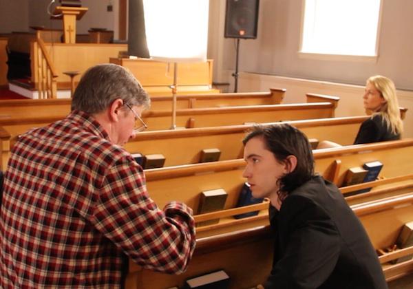 האל הרטלי (משמאל) מביים את ליאם אייקן ב״נד רייפל״